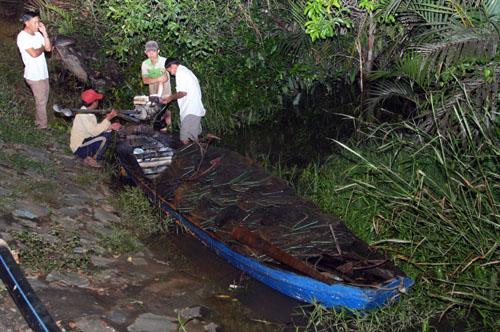Chiếc ghe chở 4 người bị lật úp giữa sông. Ảnh: An Nhơn