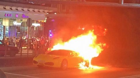 Ferrari bốc cháy như trong phim hành động