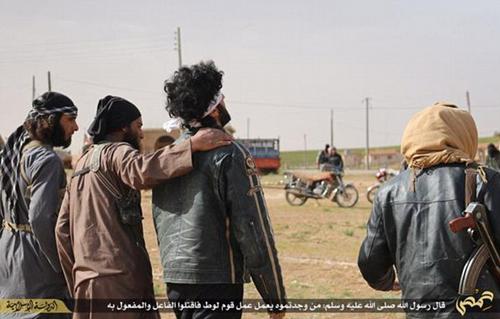Phiến quân IS an ủi cặp đồng tính trước khi ném đá họ đến chết