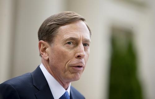 David Petraeus phát biểu sau khi rời tòa án liên bang ở thành phố Charlotte, bang Bắc Carolina. Ảnh: REuters.