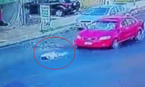 Người đi xe đạp bị ôtô đâm, trượt cày mặt xuống đường