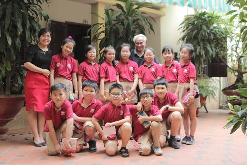 Học sinh và giáo viên Vinschool gặp gỡTrung tướng Nguyễn Quốc Thước.