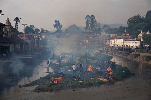 Quang cảnh lễ hỏa thiêu các nạn nhân tại đềnPashupatinath, bên bờ sôngBagmati, Kathmandu. Ảnh: AP