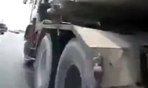 Xe máy liều mạng chạy vào gầm xe tải