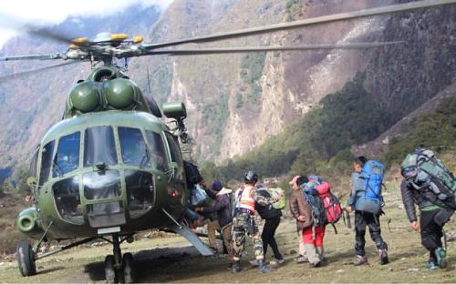 Những người leo núi bị mắc kẹt tại Rasuwa được lên trực thăng cứu hộ. Ảnh: Xinhua
