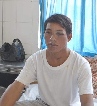 Ông Rơ Ông Ha Jung đang điều trị tại bệnh viện đa khoa Lâm Đồng. Ảnh: Quốc Dũng