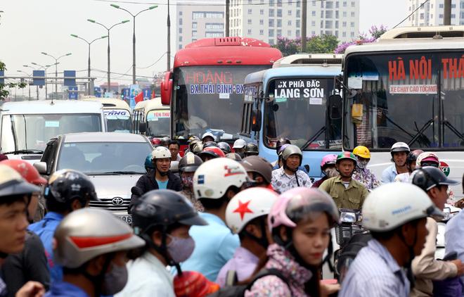Người dân ùn ùn đổ về thành phố sau 6 ngày nghỉ lễ