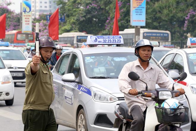 Người dân ùn ùn đổ về thủ đô sau 6 ngày nghỉ lễ - ảnh 4