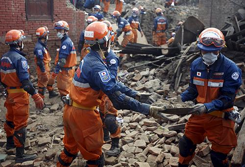 Các nhân viên cứu hộ Nhật Bản tìm kiếm nạn nhân trong các đồng đổ nát sau động đất ởLalitpur, Nepal. Ảnh: Reuters