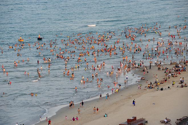 Hàng nghìn người đổ ra biển Đà Nẵng vì nắng nóng