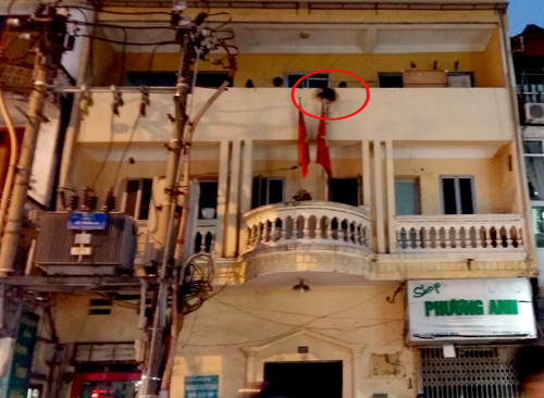 Hai thanh niên bị điện giật ở trụ sở công an phường