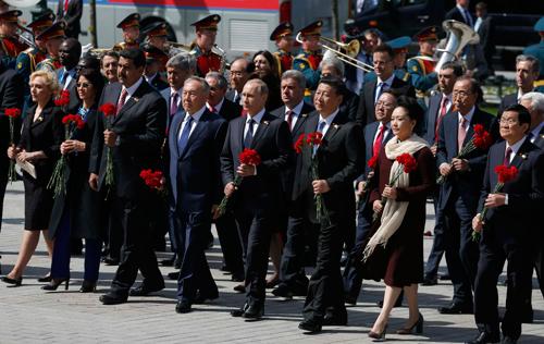Tổng thống Putin và lãnh đạo các nước đặt vòng hoa tại mộ Liệt sĩ Vô danh ở gần điện Kremlin, Moscow. Ảnh: Reuters