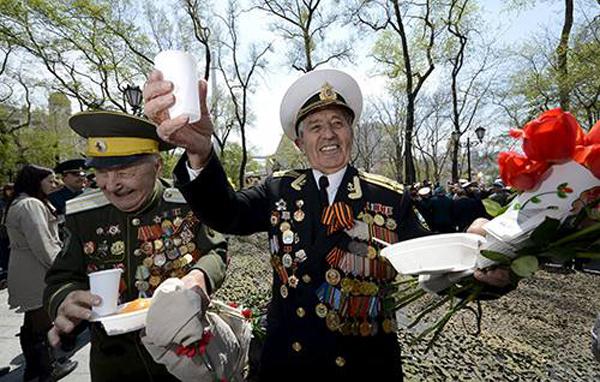 Các cựu binh mừng Ngày Chiến thắng ở Vladivostok, Nga. Ảnh:Reuters