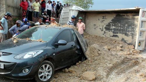 Hiện trường đất đổ lên ôtô 4 chỗ sau tai nạn lật xe ben. Ảnh: Hoàng Trường