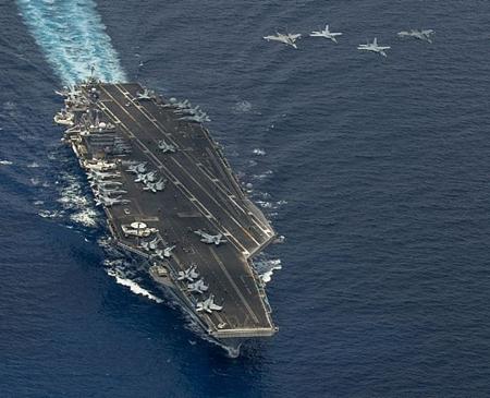 Hai chiếcF/A-18 Super Hornet và hai chiếc Mig-29 của không quân hoàng gia Malaysia bay thành đội hình trên tàu sân bayUSS Carl Vinson (CVN 70). Ảnh: U.S. Navy
