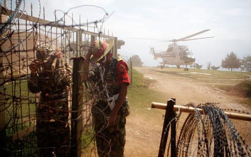 Các binh sĩ dạt sang một bên khi trực thăng chở Thủ tướng Koirala hạ cánh xuốngCharikot. Ảnh:AP