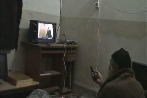Một video Mỹ tịch thu trong vụ đột kích có cảnh bin Laden ngồi xem tivi. Ảnh: AP