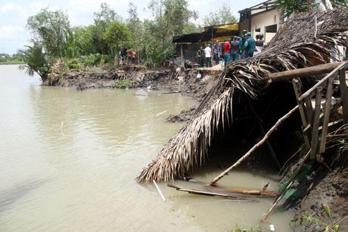 Phần phía sau 4 căn nhà bị cuốn xuống sông. Ảnh: An Nhơn