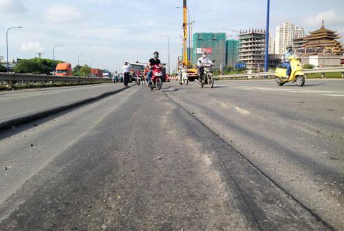 Nhiều vết lún kéo dài gây nguy hiểm cho người đi xe máy. Ảnh: An Nhơn