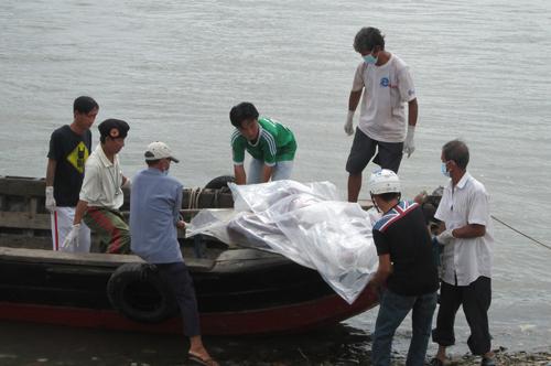 Chồng bất lực nhìn vợ và 2 con bị hất xuống sông