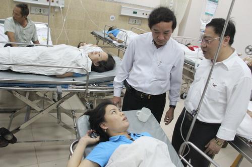 Ngay sau khi sự cố xảy ra, lãnh đạo tỉnh Đồng Nai đã có mặt trực tiếp tại bệnh viện để chỉ đạo công tác cứu chữa cho các công nhân bị ngộ độc. Ảnh: Hoàng Trường