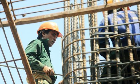 Những người làm việc dưới nắng nóng gần 40 độ C