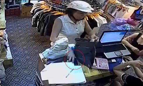 Nữ quái nhanh tay trộm iPhone trước mặt 2 cô gái