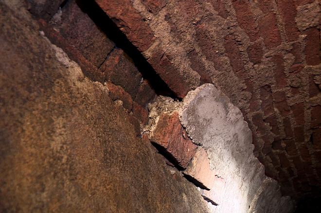 Đang ở trong lòng đất Sài Gòn. Đồng thời xem hệ thống cống thoát nước mưa làm Gạch thẻ đặc hay còn gọi là gạch đất nung. Mặc  dù  150 năm vẫn còn bền như thế này, thật đáng nể