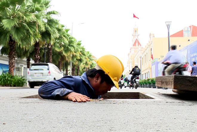 """Chuẩn bị bắt đầu """"tour du lịch"""" trải nghiệm thử 1 vòng trong lòng đất Sài Gòn. Đồng thời xem Gạch thẻ đặc hay còn gọi là gạch đất nung làm cống có thể bền trên 150 năm  thật đáng kinh ngạc"""