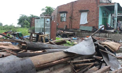 Bà Trinh và cháu kịp thoát ra ngoài trước khi căn nhà cấp 4 bị sập. Ảnh: Nguyệt Triều