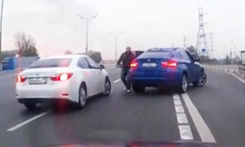 Hai tài xế hợp lực bắt nạt xe khác