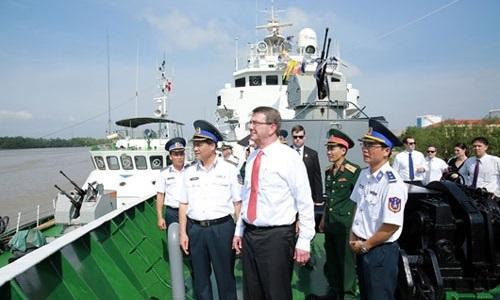 Ông Ashton Carter tham quan tàu Cảnh sát biển Việt Nam tại Vùng Cảnh sát biển một. Ảnh: Canhsatbien.vn