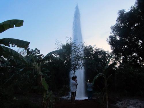 Dòng nước phun cao hơn 20 mét khiến nhiều người hoảng hồn. Ảnh: Xuân Mai