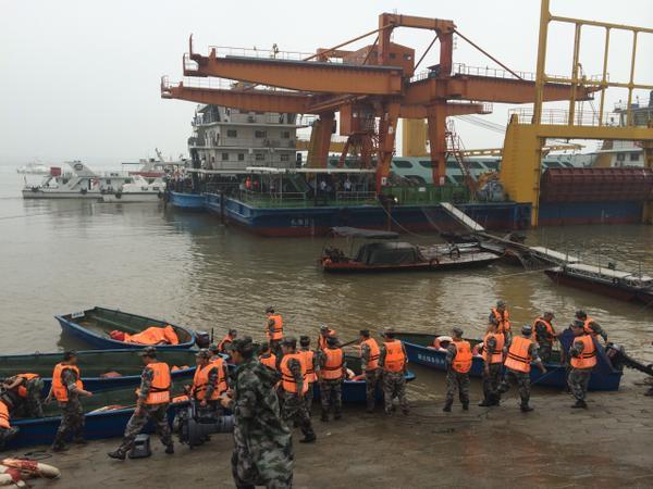 Hàng chục thuyền đang tham gia tìm kiếm các nạn nhân. Khoảng 20 thợ lặn đang đến hiện trường và 100 tàu cá cùng cứu hộ, theo Hubei Daily. Ảnh: CCTV