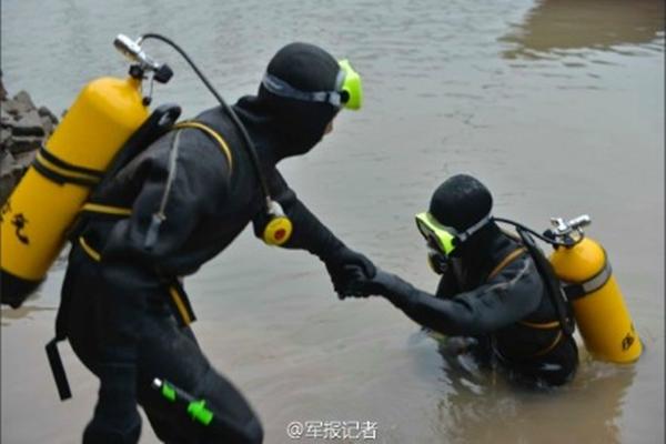 Một thợ lặn tham gia cứu hộ tàu chìm. Ảnh: Sina