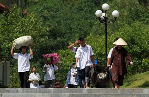 Các tình nguyện viên, chư Ni, Phật tử tham gia nhặt rác tại Tây Thiên, Vĩnh Phúc. Ảnh: Đỗ Huyền