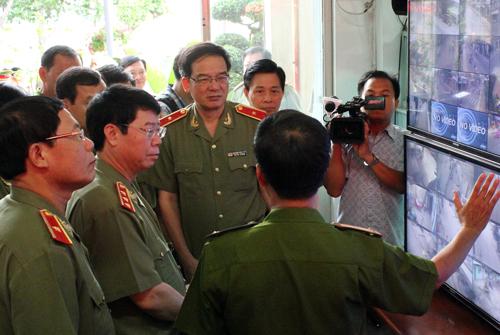 Thứ trưởng Bộ Công an Bùi Văn Nam xem phòng điều khiển hệ thống camera giám sát. Ảnh: Duy Trần