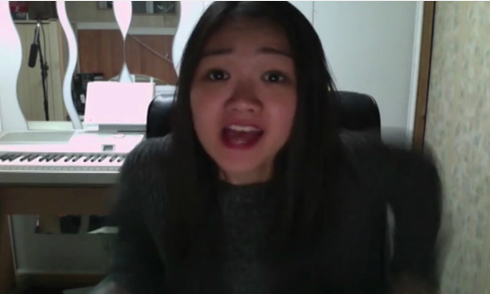 Cô gái hát 'Qua cầu gió bay' bằng tiếng Anh