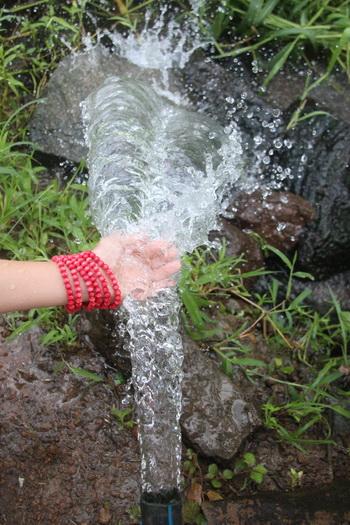 Giếng nước chị Nguyệt (tổ 15, ấp Ngô Quyền) phải xả nước ra suối suốt một năm nay. Ảnh: Hoàng Trường