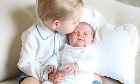 Bức ảnh đầu tiên chụp Công chúa Charlotte cùng anh trai