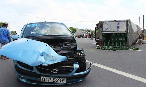 Va ôtô của nữ tài xế, phụ xe tải bị hất văng