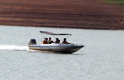 Công an huyện Vĩnh Cửu khám nghiệm hiện trường điều tra vụ lật thuyền trên hồ Trị An. Ảnh: Hoàng Trường