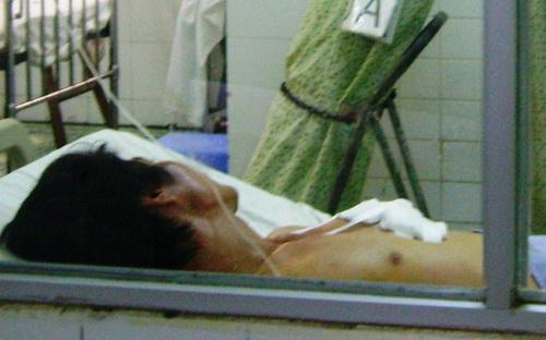 Hung thủ đang cấp cứu tại bệnh viện. Ảnh: Nguyễn Hưng