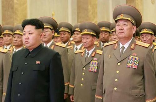 Lãnh đạo Triều Tiên Kim Jong-un (trái) và Bộ trưởng Quốc phòngHyon Yong-chol tại một sự kiện hôm 16/2 ở Bình Nhưỡng. Ảnh:CFP
