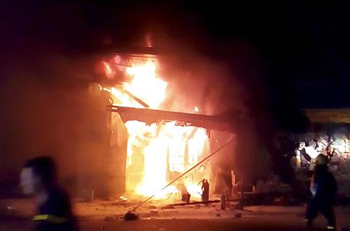 Biển lửa bao trùm căn hộ kinh doanh văn phòng phẩm ở tầng trệt chung cư. Ảnh: H.T