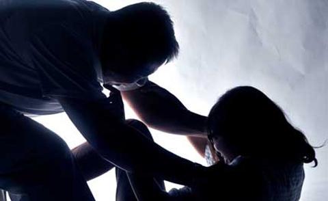 Cướp điện thoại khi hiếp dâm 'hụt'