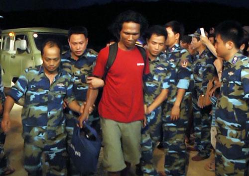 Một trong 8 nghi phạm cướp tàu Malaysia được Cảnh sát biển Việt Nam đưa về đất liền. Ảnh: CSB