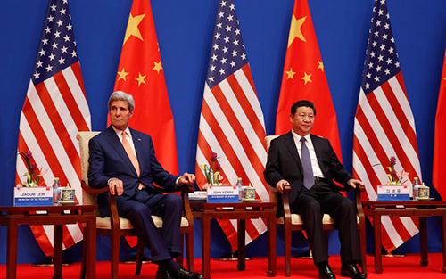 Ngoại trưởng Mỹ John Kerry vàChủ tịch Trung QuốcTập Cận Bình trong lễ khai mạcĐối thoại Chiến lược và Kinh tế Mỹ-Trung thường niên (S&ED) năm ngoái ở Bắc Kinh. Ảnh: CCTV