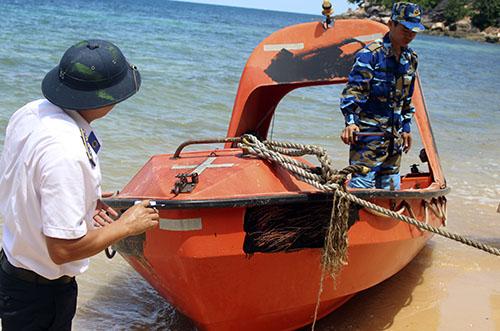 Chiếc xuồng cứu sinh bị bọn chúng dùng sơn đen sơn phủ số và ký hiệu để thuận tiện trốn thoát.. Ảnh: Cửu Long