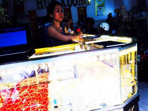 Bà Diễm chưa hết sốc khi tiệm vàng bị 'siêu trộm' đột nhập lấy đi gần 3 tỷ đồng. Ảnh: Cửu Long